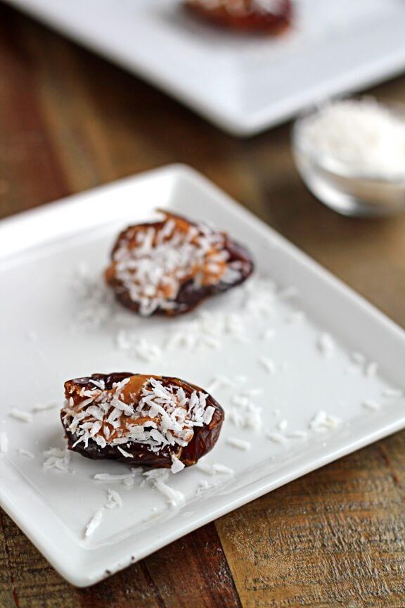 Финики с миндальным маслом и кокосом