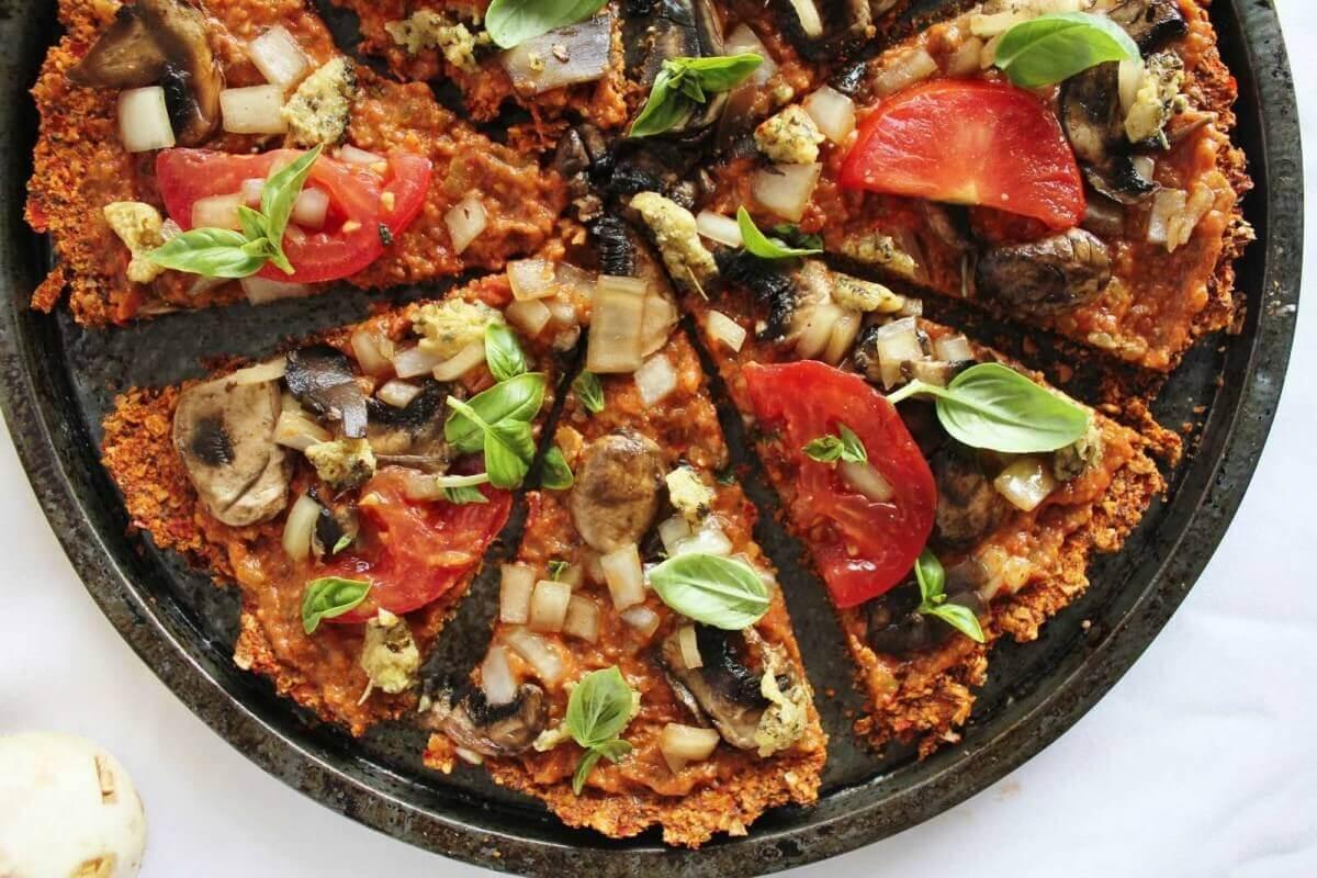 Сыроедческая пицца с овощами и болгарским перцем