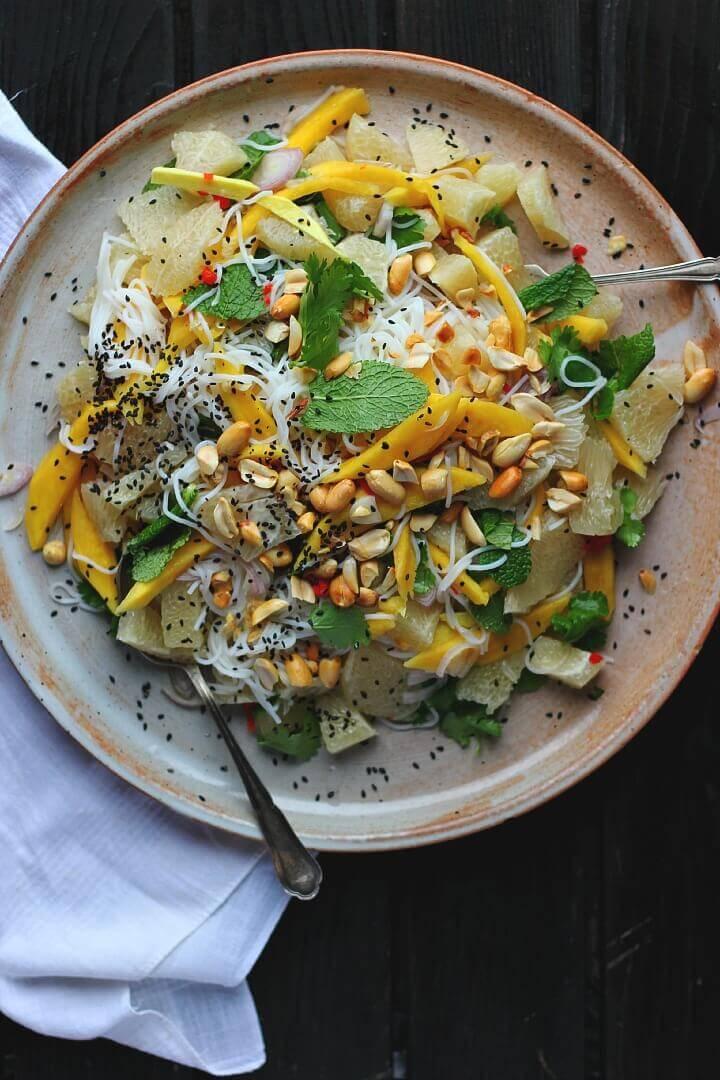 Вегетарианский салат с рисовой лапшой